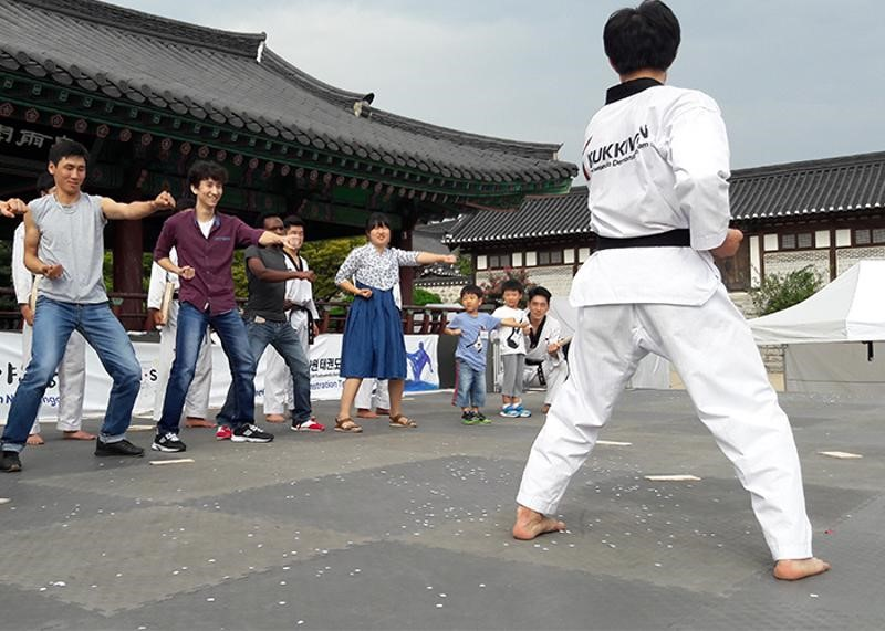 A new survey has revealed non-Korean nationals who learn taekwondo are more likely to hold a favorable view of Korea than before. (Image: Seoul Metropolitan Government)