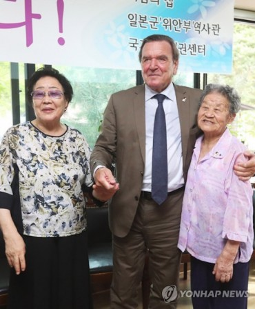 Former German Chancellor Meets with Former Comfort Women
