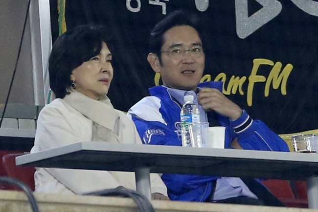 The Samsung heir was sentenced to five years in prison on Aug. 25 for giving 43 billion won (US$38 million) in kickbacks to ousted President Park Geun-hye's confidante in return for government backing for his succession scheme. (Image: Yonhap)