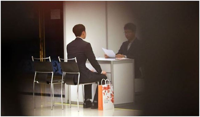 A job expo for the financial services industry on September 13 attracted throngs of young men and women in their finest, some lining up hours before the event opened to get a chance for an interview with one of the top 6 banks (Kookmin, Shinhan, KEB Hana, Woori, Nonghyup and Industrial Bank of Korea). (Image: Yonhap)