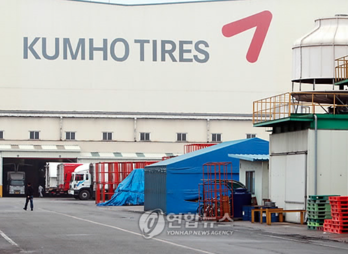 The move comes as the creditors asked the group to prepare a self-help program for Kumho Tire Co. by 6:00 p.m. following the collapse of a deal to sell the tire company to China's Qingdao Doublestar. (Image: Yonhap)