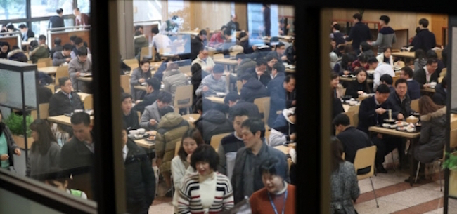 A Statistics Korea analysis on wages conducted in June found that those employed in the hospitality industry earned an average monthly wage of 1.73 million won, only slightly above half the national average of 3.29 million won. (Image: Yonhap)