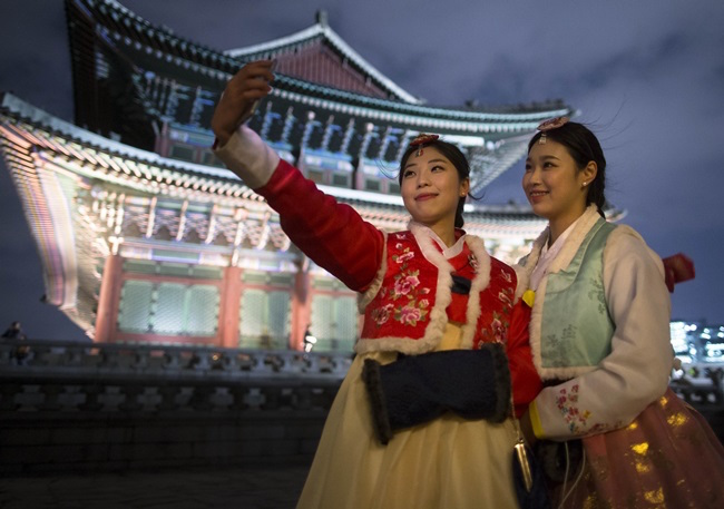 On October 17, the same government subcommittee also disclosed the details of a report from the Culture Heritage Administration, which stated that 3 out of 10 reserved ticket holders for the limited offer nighttime tours of Gyeongbokgung (23.7 percent) and Changdeokgung Palaces (38.0 percent) were no-shows. (Image: Yonhap)