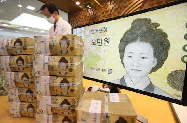 An average of about 60 trillion won (US$53.09 billion) worth of wealth has been transferred or handed down every year since 2003, but less than half of the recipients had to pay taxes, data showed Wednesday. (Image: Yonhap)