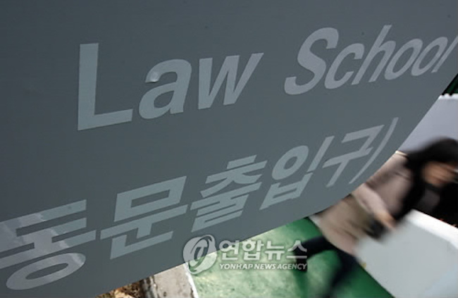 Professionals in jobs that traditionally enjoyed high pay like lawyers and accountants earned an average of 230.8 million won (US$203,796) per individual last year but close to 15 percent of the people in these professions made less than one-tenth of the amount, data showed Sunday. (Image: Yonhap)
