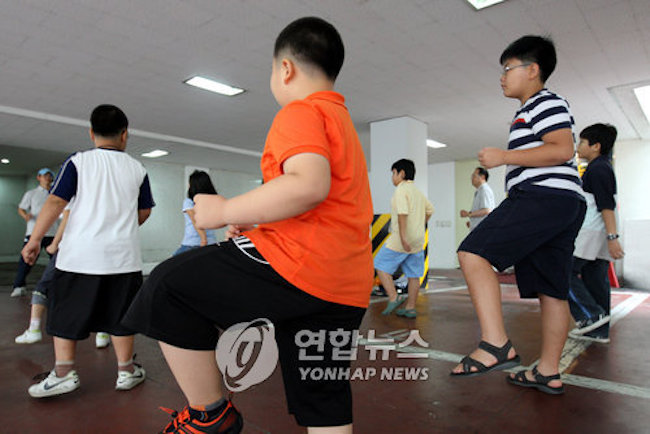 The data by the Ministry of Health and Welfare showed that 16.5 percent of elementary, middle school, and high school students suffered from obesity in 2016, up 0.9 percentage point from a year earlier. (Image: Yonhap)
