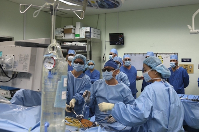 "Dr. Yoon Gyeong-cheol of the SNUH Liver Transplantation Department said, ""Cases [of medical professionals] coming to learn surgery techniques from not only developing countries, but advanced nations like the United States and European countries have become more common."" (Image: Seoul National University Hospital)"