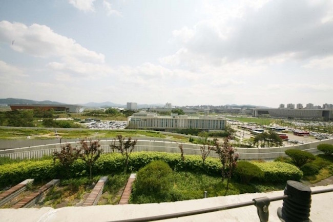 At its head is a 79,194-square-meter rooftop garden, the size of 11 soccer fields put together. (Image: Yonhap)