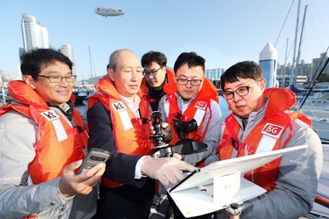 At Marine Week 2017, a maritime industry expo currently being held at BEXCO (Busan Exhibition and Convention Center), mobile carrier KT showcased 'Marine Navi', a safety system for smaller maritime vessels, and 'Skyship', a helium gas-fueled drone. (Image: KT)