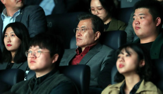 President Moon Makes Surprise Appearance at Busan International Film Festival