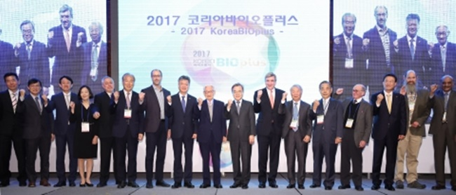 During the 2017 Korea Bio Plus Global Conference, which was held on Monday at COEX by the Korea Biotechnology Industry Organization, David Flores, who is the head of international academic journal BioCentury, said that what the South Korean biotech industry needs most is to find a way to create a global network to be connected with the rest of the world. (Image: Yonhap)