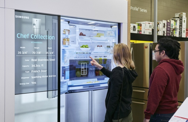 According to sources close to the South Korean electronics industry, international sales of Samsung's very first IoT-based refrigerator, the 'Family Hub', are projected to quadruple by the end of this year, compared to the same time last year. (Image: Samsung Electronics)