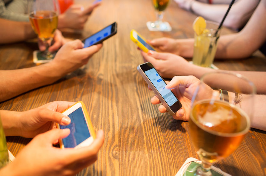A new survey has revealed nearly 7 in 10 South Korean smartphone users feel compelled to stay in group chat rooms in fear of hurting other people's feelings. (Image: Kobiz Media)