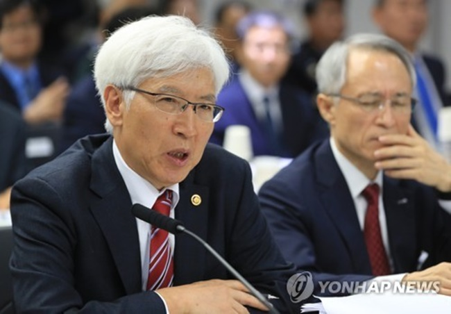 Jeon Je-guk, head of the Defense Acquisition Program Administration, speaks during the National Assembly's audit of his agency's affairs at the government office complex in Gwacheon, Gyeonggi Province, on Oct. 13, 2017. (Image: Yonhap)