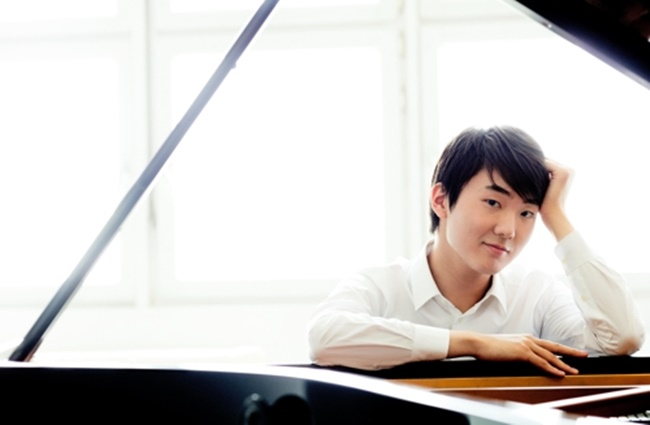 The 23-year-old prodigy shot to fame after becoming the first Korean to win the prestigious International Fryderyk Chopin Piano Competition in October 2015. Cho will perform at the Seoul Arts Center on Jan. 10 and 11. (Image: Yonhap)