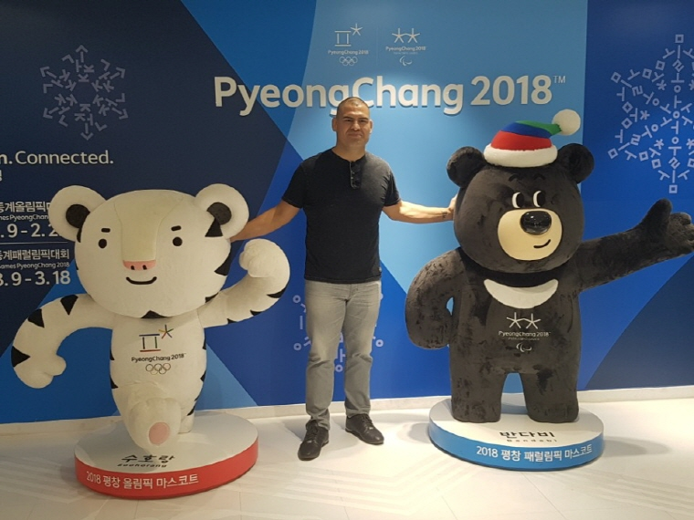 Cain Velasquez poses for a photo with the mascots of the 2018 PyeongChang Winter Olympic and Paralympic Games at the Korea Tourism Organization in Seoul on Oct. 20, 2017. (image: Yonhap)