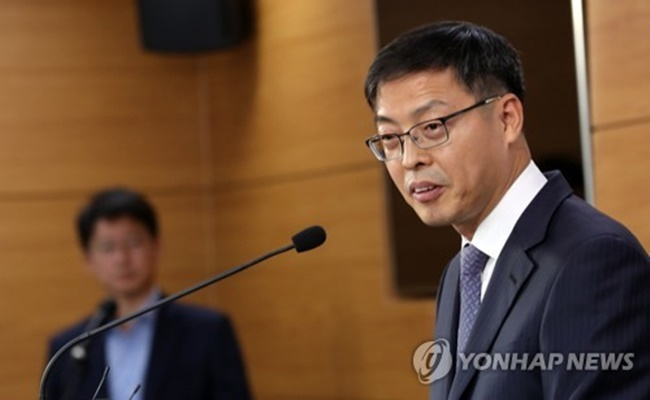 Park Byung-hong, a livestock policy official at the Ministry of Agriculture, Food and Rural Affairs, speaks in a briefing at the government complex in Sejong on Oct. 23, 2017. (Image: Yonhap)