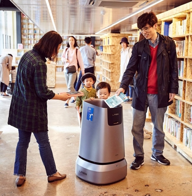 'Around' is a collaboration between Yes 24 and Naver Labs that took a year to complete, with the goal of making a robot that is both helpful to staff members as well as convenient for customers to use. (Image: Yes24)
