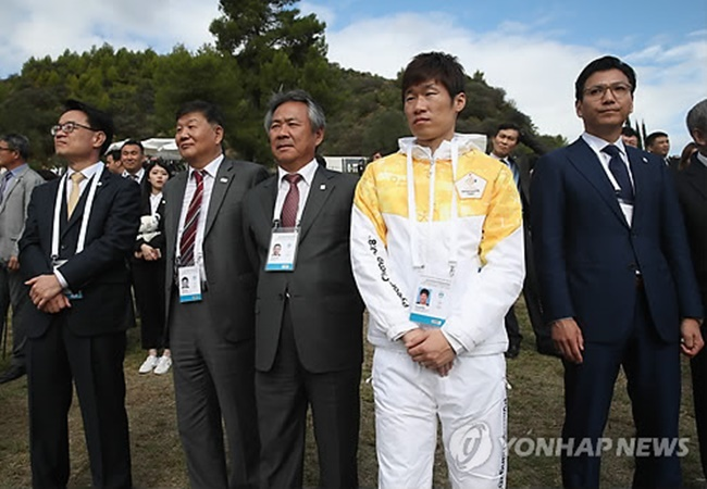 Football star Park Ji-sung became the first South Korean torchbearer for the PyeongChang Winter Games after receiving the flame from Greek cross-country skier Apostolos Angelis at the Pierre de Coubertin Monument on Tuesday. (Image: Yonhap)