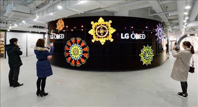 "LG Display Co. said Wednesday the company will continue to invest in organic light-emitting diode (OLED) products, saying the latest criticism made by rivals over the so-called screen burn-in, or image retention in the panels, came with ""intentions."" (Image: Yonhap)"