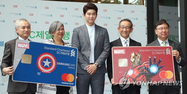 Standard Chartered Bank Korea is releasing check cards featuring famous Marvel characters including Hulk and Thor in its latest effort to attract more customers. (Image: Yonhap)