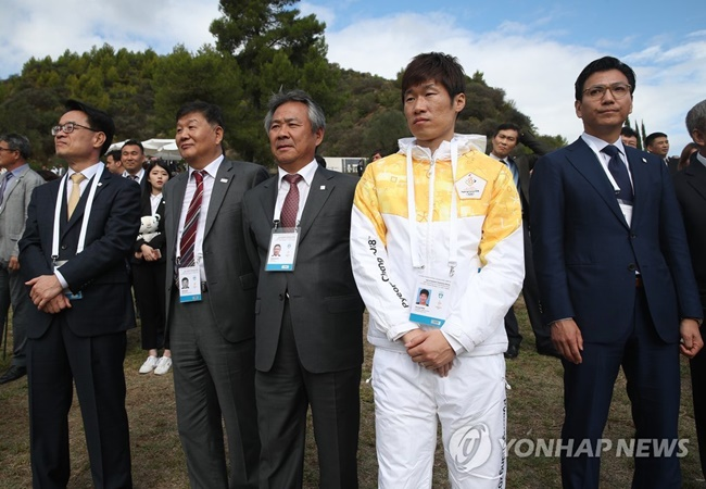 Former Footballer Park Ji-sung Becomes First Korean Torchbearer for PyeongChang 2018
