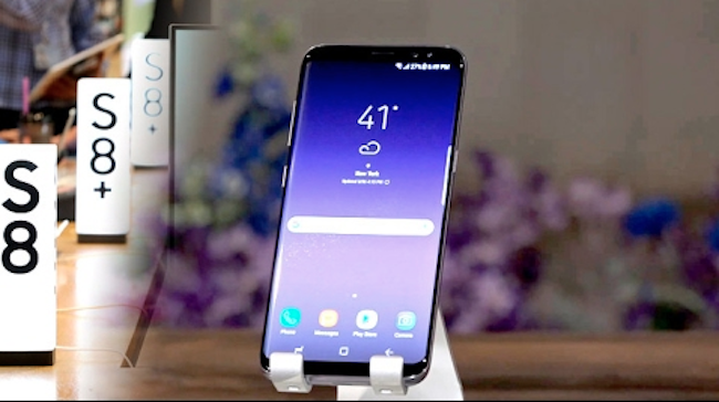 Samsung Electronics Co.'s Galaxy S8 topped the list of the best-performing smartphones reviewed by a U.S. consumer magazine, beating the rival iPhone 8, industry sources said Tuesday. (Image: Yonhap)