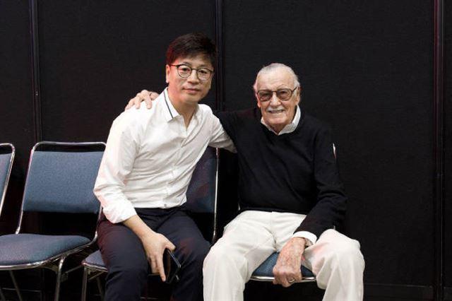 South Korean director Kim Yong-hwa (L) poses for the camera with Stan Lee, Marbel Comics legend. (image: Dexter Studios)