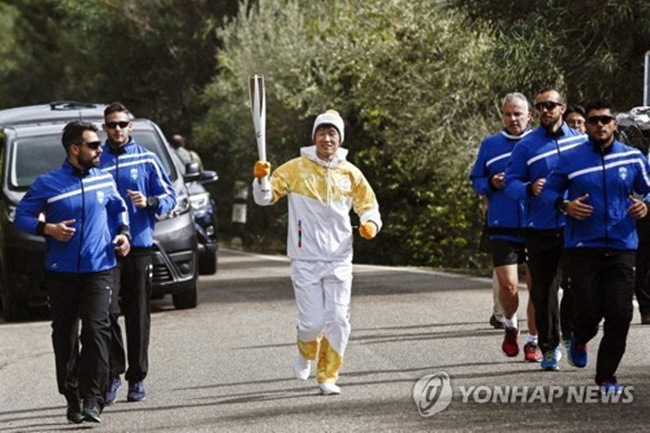 Park, who starred as a midfielder for Manchester United, said on Tuesday he feels honored to run as the first South Korean torchbearer for the 2018 Winter Olympics, which will be held next year in the South Korean city of Pyeongchang. (Image: Yonhap)