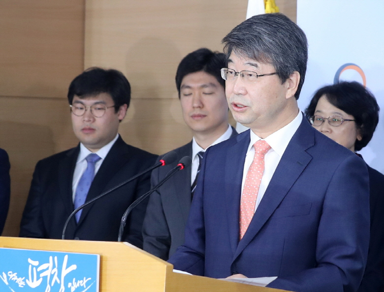 Fmr. Supreme Court justice Kim Ji-hyung, head of a commission on the fate of the Shin Kori nuclear reactors, announces the result of a three-month public opinion gathering process during a briefing at the government complex in Seoul on Oct. 20. (image: Yonhap)
