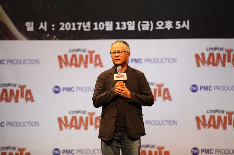 """Artistic Director Song Seung-whan speaks during an event marking the 20th anniversary of """"Cookin' Nanta"""" at Chungjeongno Nanta theater in central Seoul on Oct. 13, 2017. (image: PMC Production)"""