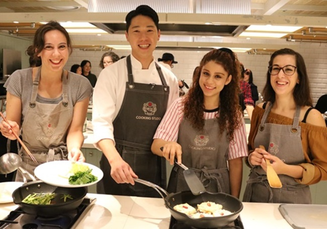 In accordance with statistics that show the most popular Korean dishes among Muslims are bulgogi, bibimbap, kimchi and tteokbokki, the cooking class will teach students how to make bibimbap and kimchi pancakes using ingredients that are halal-certified. (Image: CJ)