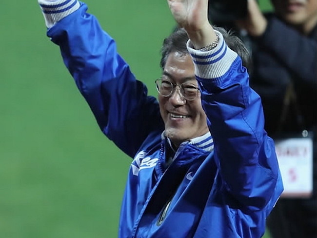 President Opens Korean Series with Ceremonial First Pitch
