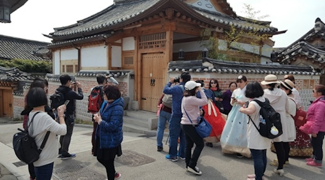 The trade deficit in South Korea's tourism industry rose to a record high level in the first eight months of this year, due largely to a drop in Chinese visitors following a diplomatic row between Seoul and Beijing over a U.S. missile defense system here, data showed Monday. ( Image: Yonhap)