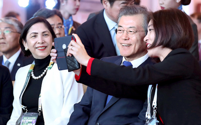 South Korean President Moon Jae-in found himself at the center of attention after his speech at the Asian Business and Investment Summit in Manila, when he was beset by requests for selfies from excited attendees all around. (image: Yonhap)