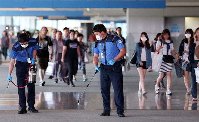 The next year (2015), over 2,000 schools closed again after the MERS epidemic resulted in the deaths of 36 infected individuals. Other schools that remained open cancelled extracurricular activities. (Image: Yonhap)