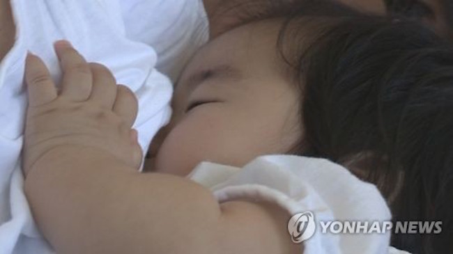Though the reasons behind the preventative powers of breastfeeding are yet unclear, Dr. Hauck did point out that a mother's milk has a clear impact on her child's immune system and sleeping habits. (Image: Yonhap)