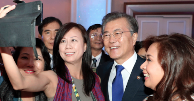 Cordially agreeing to every request for a selfie, Moon swapped casual photo-taking with the official photo-op that had been planned for after the event. (Image: Yonhap)