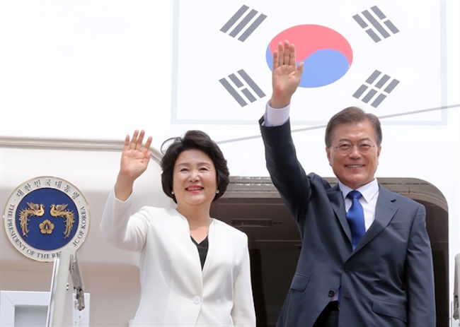 South Korean President Moon Jae-in arrived here Wednesday on a three-day visit that will include a bilateral summit with his Indonesian counterpart Joko Widodo and talks with other top government and business leaders. (Image: Yonhap)