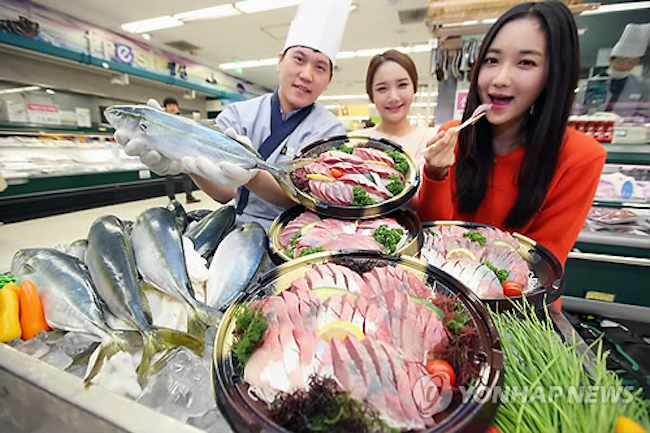 A yellowtail weighing 5kg can fetch anywhere from 200,000 to 300,000 won on the market. (Image: Yonhap)