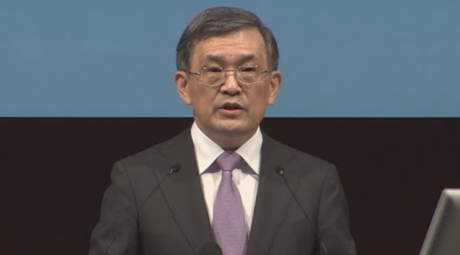 News that Samsung Electronics CEO Kwon Oh-hyun reportedly earned 14 billion won in the first half of the year alone – the highest paid executive apart from family members of chairman Lee Kun-hee – will no doubt fuel the drive for low ranking managers to keep climbing the company ladder. (Image: Yonhap)