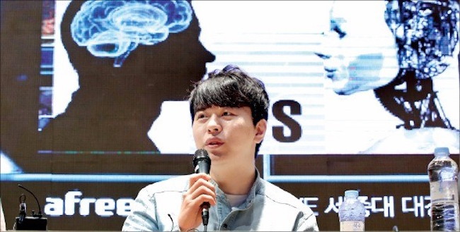 Korean Pro Gamer Emerges Victorious in Starcraft Battles with AI
