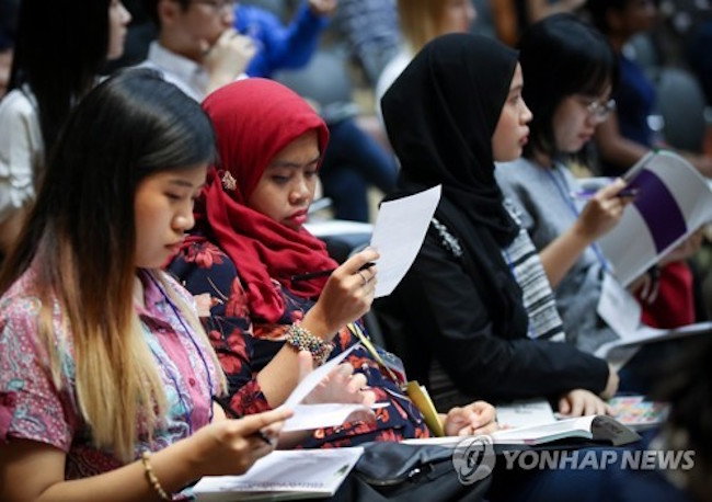 "International students hailing from ASEAN member countries think South Koreans and their country are ""friendly"", ""kind"", ""hardworking"" and ""difficult"", according to a joint survey conducted by the ASEAN-Korea Centre and the Korean Institute of Southeast Asian Studies. (Image: Yonhap)"