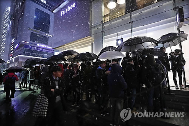 The price discrepancy had at the time been the cause for some grumbling, but it has not been enough of a deterrent to keep the first wave of customers away. (Image: Yonhap)