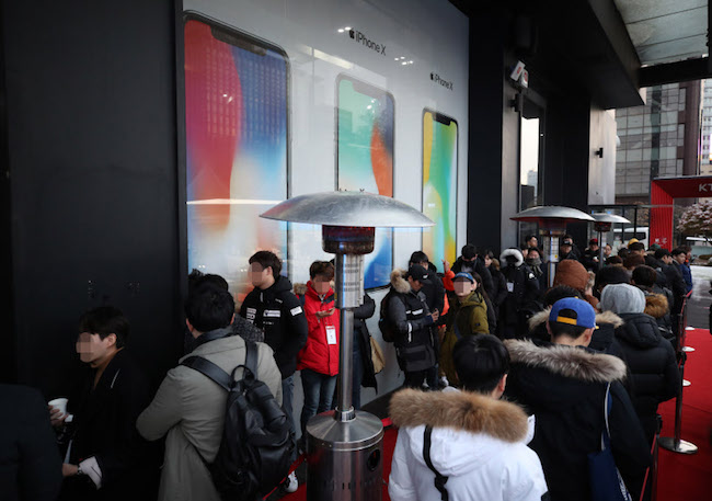 Greater anticipation was evidenced by the 50 or so people waiting in line on the morning of November 24 at KT's iPhone X launch event. (Image: Yonhap)