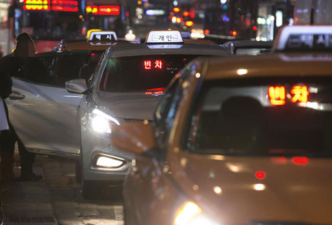 This rule will be lifted on Fridays from December 1 through 22, and every day from November 23 through Christmas until the last day of the year, essentially flooding the city with a fleet of more than 2,000 cabs. (Image: Yonhap)