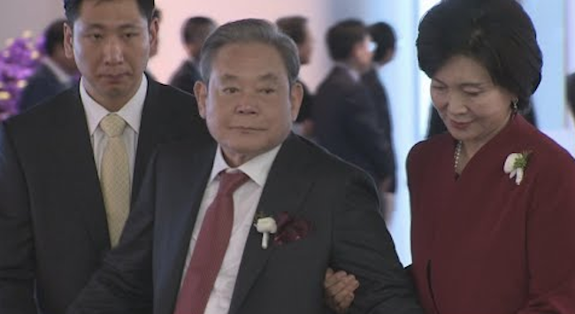 "Politician Park Chan-dae said, ""Chairman Lee's eligibility as the largest stakeholder in a financial services firm has run into legal problems."" (Image: Yonhap)"