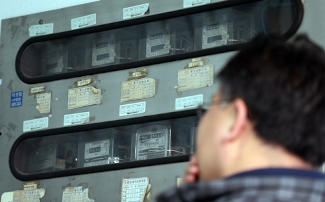 Currently being trialed at 363 regional government buildings since June, the plans are to install the devices in every government and public institution building by 2019, with an eye on introducing the technology into the private sphere in 2021. (Image: Yonhap)