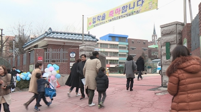 Educators and school administrators are raising their voices in criticism of a revision to the Infant Care Act that was passed in the government's Health and Welfare Committee on November 24, which decrees that unused rooms at elementary schools be repurposed for use as preschools. (Image: Yonhap)