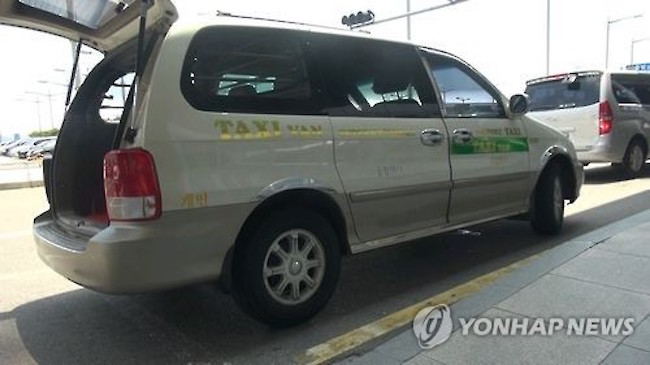 One example of exploitation was when Thai tourists were charged 800,000 won by a van service for a ride from Incheon International Airport to Cheolwon in Gangwon province, five times the actual price of 200,000 won. (Image: Yonhap)